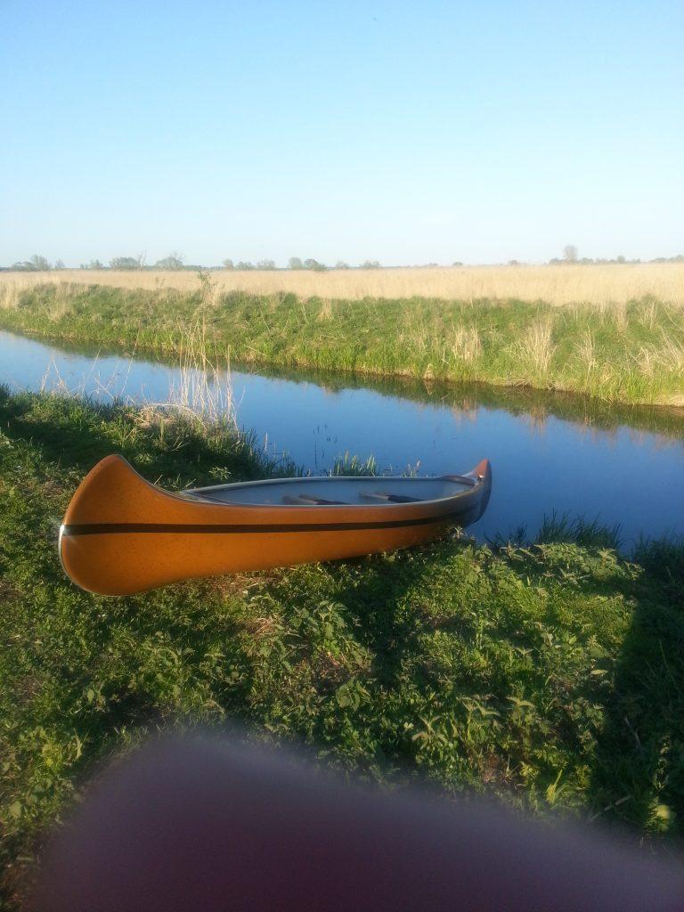 Hineinlassen des Kanus in einen kleinen Seitenarm der Trebel