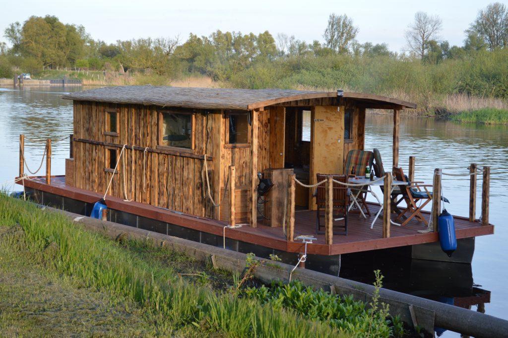 Das Driftholt 2 auf dem Amazonas des Nordens, der Peene.