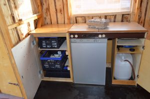 Innenraum des Hausboots - Driftholt II - Die Küche (Gasherd, Waschbecken, Frischwassertank, 100 l Kühlschrank)