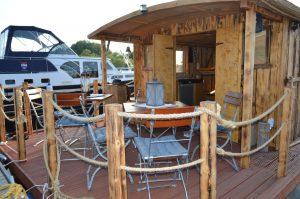 Das Deck und die Sitzgelegenheiten auf dem Driftholt II