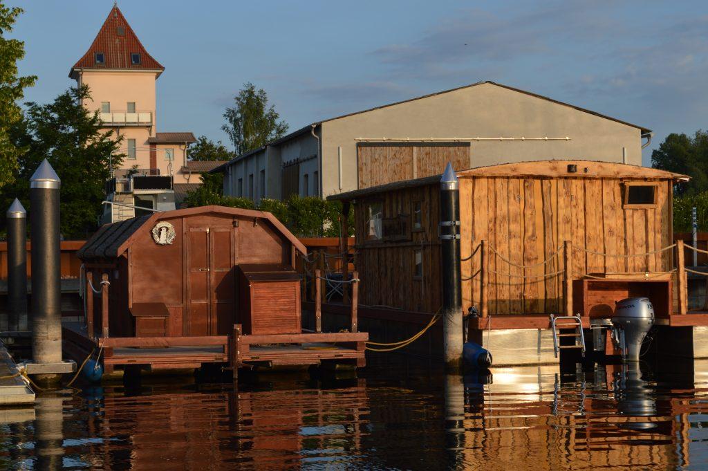 Unsere beiden Hausboote in der Abenddämmerung an der Mecklenburgischen Seenplatte