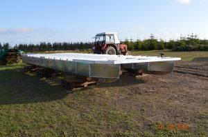 Das Grundgerüst des Hausboots wird ausgerichtet.