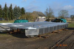 Der nächste Schritt beim Bau des Hausboots: Der Fußboden muss angebracht werden.