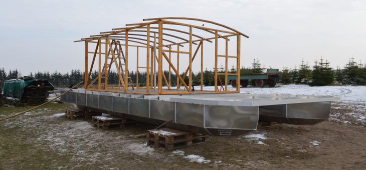 Baufortschritt Driftholt II – Der Rahmen für den Hausboot-Aufbau ist fertig