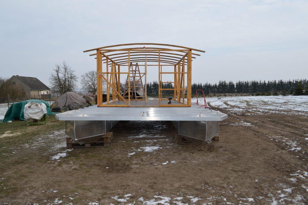 Die Frontansicht - Das neue Hausboot wird reichlich Platz für Sitzgelegenheiten haben.