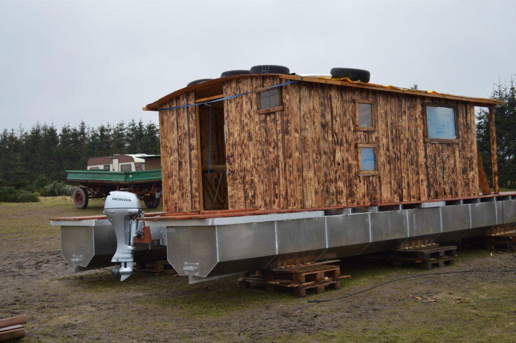 Die ersten Wände des neuen Hausboots sind fertig und die ersten Fenster sind eingebaut.