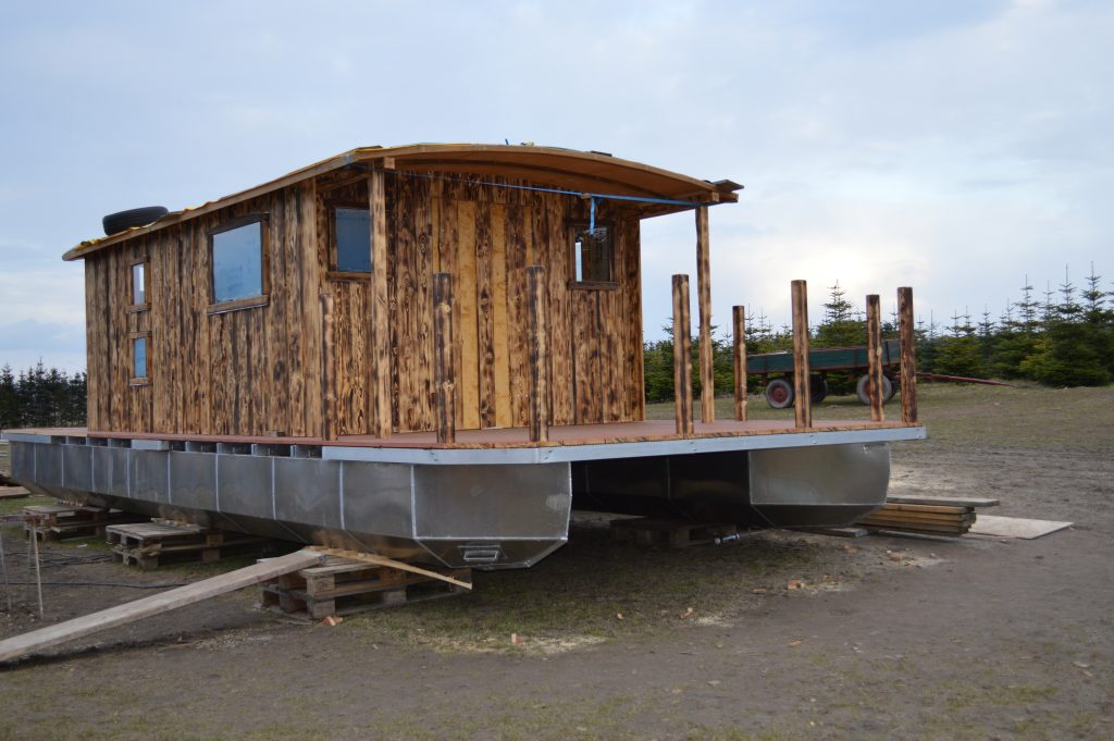 Die Wände des neuen Hausboots sind fertig.
