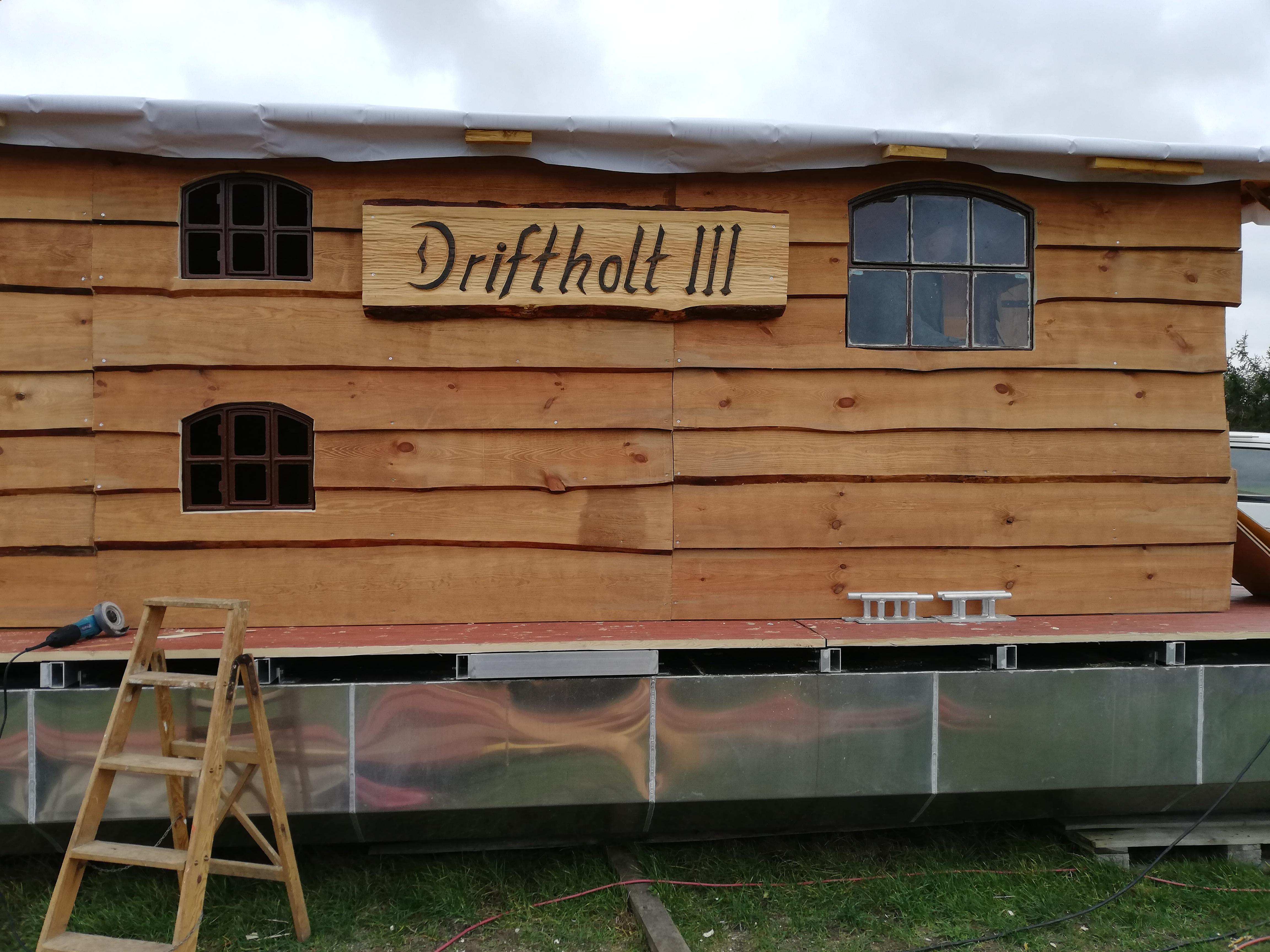 Das Driftholt 3 - Seitenfenster mit neuem Namensschild