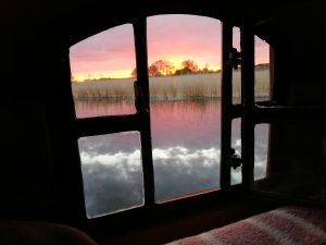 """Sonnenaufgang in der """"alten"""" Peene, einem Nebenarm bei Aalbude. Aus jedem Doppelstockbett kann man direkt auf das Wasser sehen."""