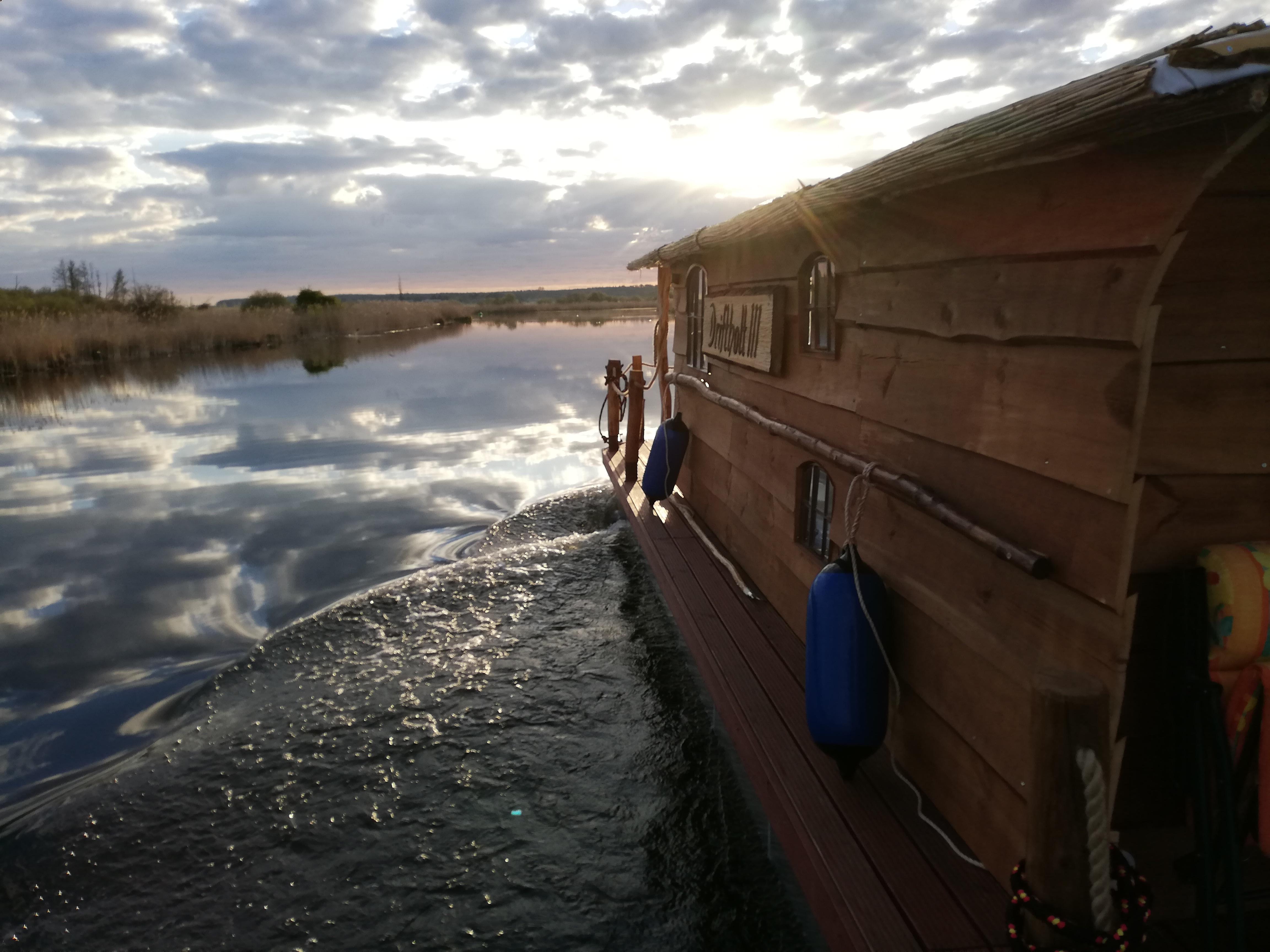 Seitenansicht des neuen Hausboots auf der Peene.