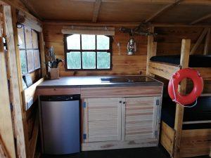 Die Küche auf dem Driftholt 3 - mit Spüle, 2 Kochfeldern, Kühlschrank und Gefrierfach