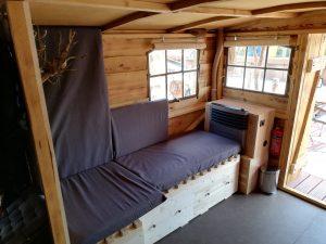 Das ausziehbare Bett für 2 Personen (Maße 2m x 1,3m) und die Gasheizung auf dem Driftholt 3